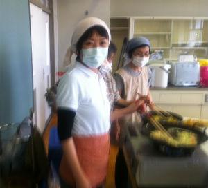 南相馬市原町で避難所になっていた学校へ、昼食の天ぷらそばを作りにいきました。