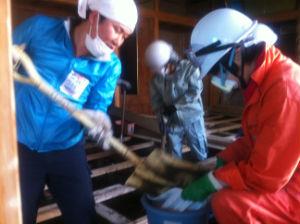 石巻の専修大学に設けられたボランティアセンターに登録し、津波にあった家の泥かきをしました。