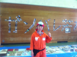 若林区文化センターで、津波にさらされたあと見つけられた写真を、きれいにして整理するボランティアに参加しました。